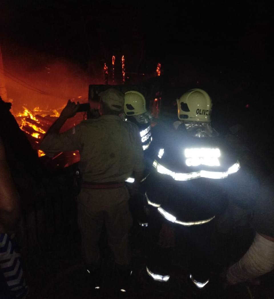 4ªCia/2ºBBM debela incêndio em barraca de praia na Paraipaba