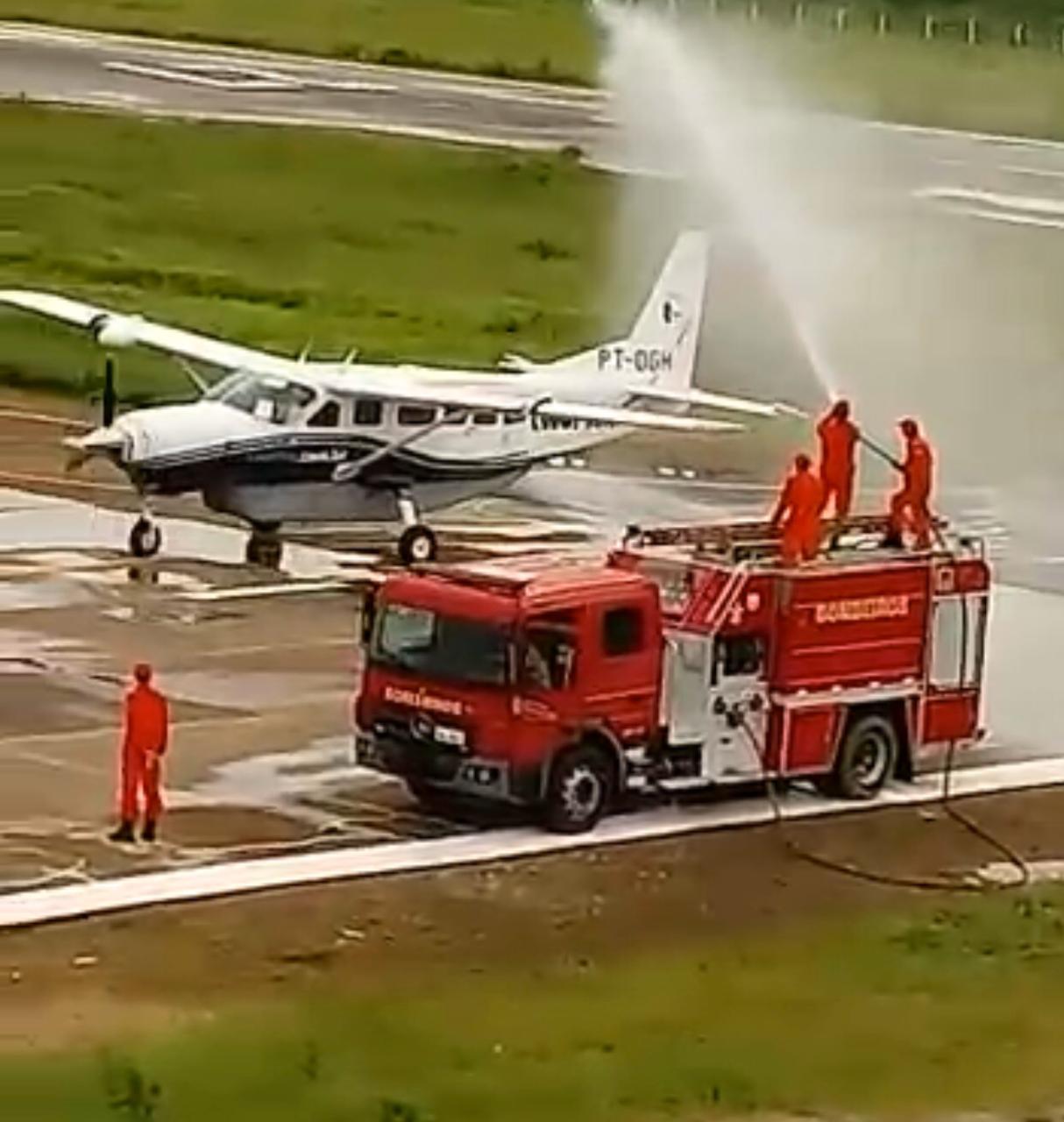 Corpo de Bombeiros realiza banho de aeronave no aeroporto Pedro Teixeira Castelo, em Tauá