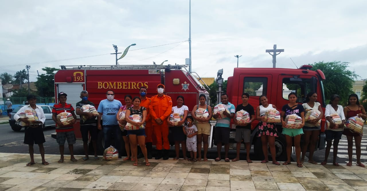 Bombeiros Militares doam cestas básicas para famílias carentes de Guaramiranga e Baturité