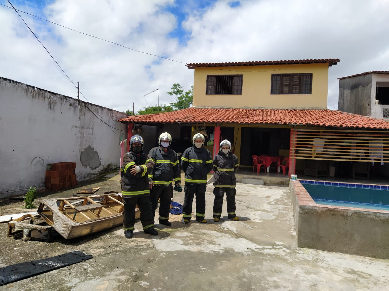 Bombeiros atuam em incêndio de uma residência no Pecém