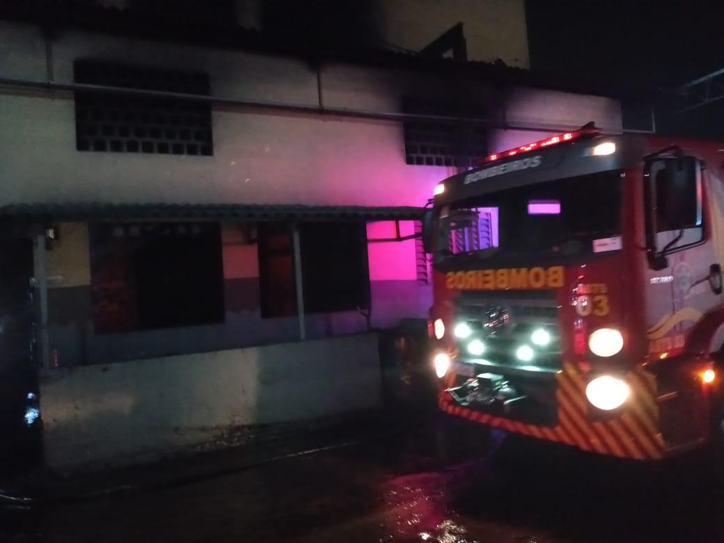 Corpo de Bombeiros debela incêndio em edificação industrial na Barra do Ceará