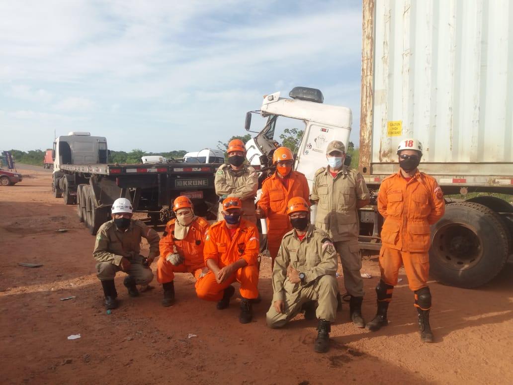 Corpo de Bombeiros resgata vítima de acidente de transito presa às ferragens na CE 422, no Pecém