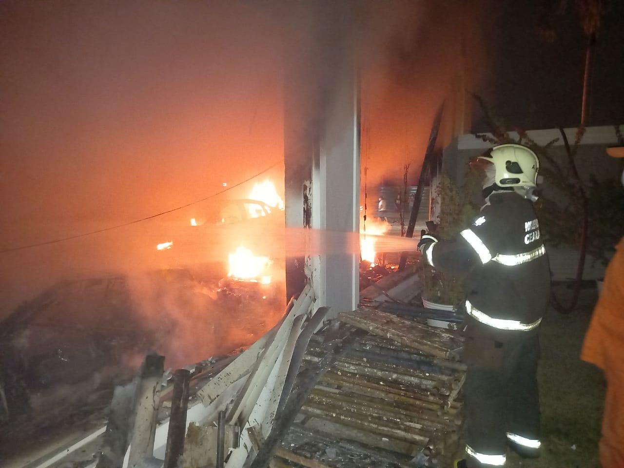 CBMCE atende a incêndio em mansão em condomínio de Luxo