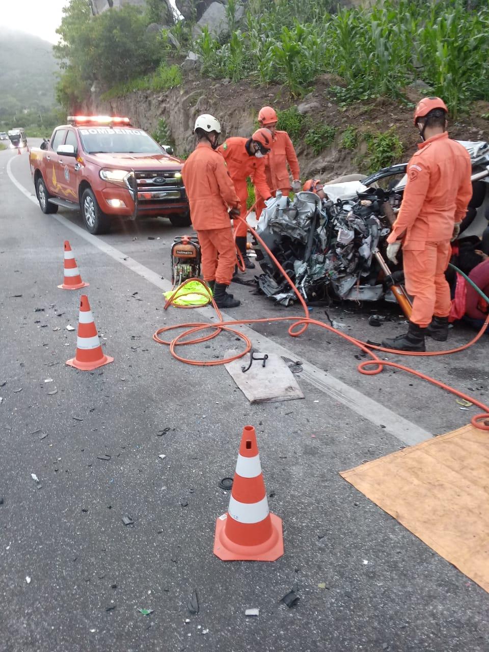 Bombeiros, PRF e SAMU atuam em acidente de trânsito com vítimas presas às ferragens, na BR 222