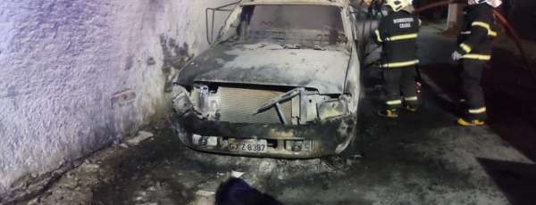 Corpo de Bombeiros debela incêndio em veículo na Cidade de Uruburetama/CE