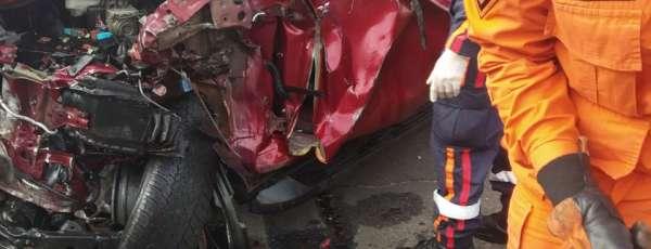 Bombeiros de Horizonte resgatam vítima de acidente de trânsito presa às ferragens