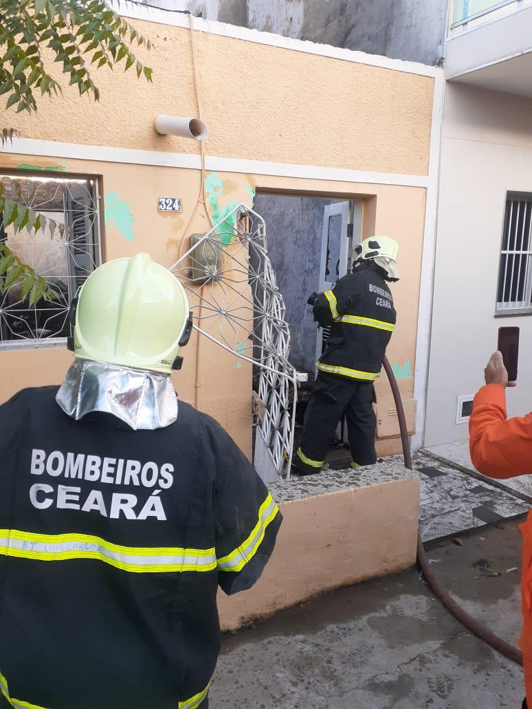 Corpo de Bombeiros atua no incêndio de residência, em Boa Viagem