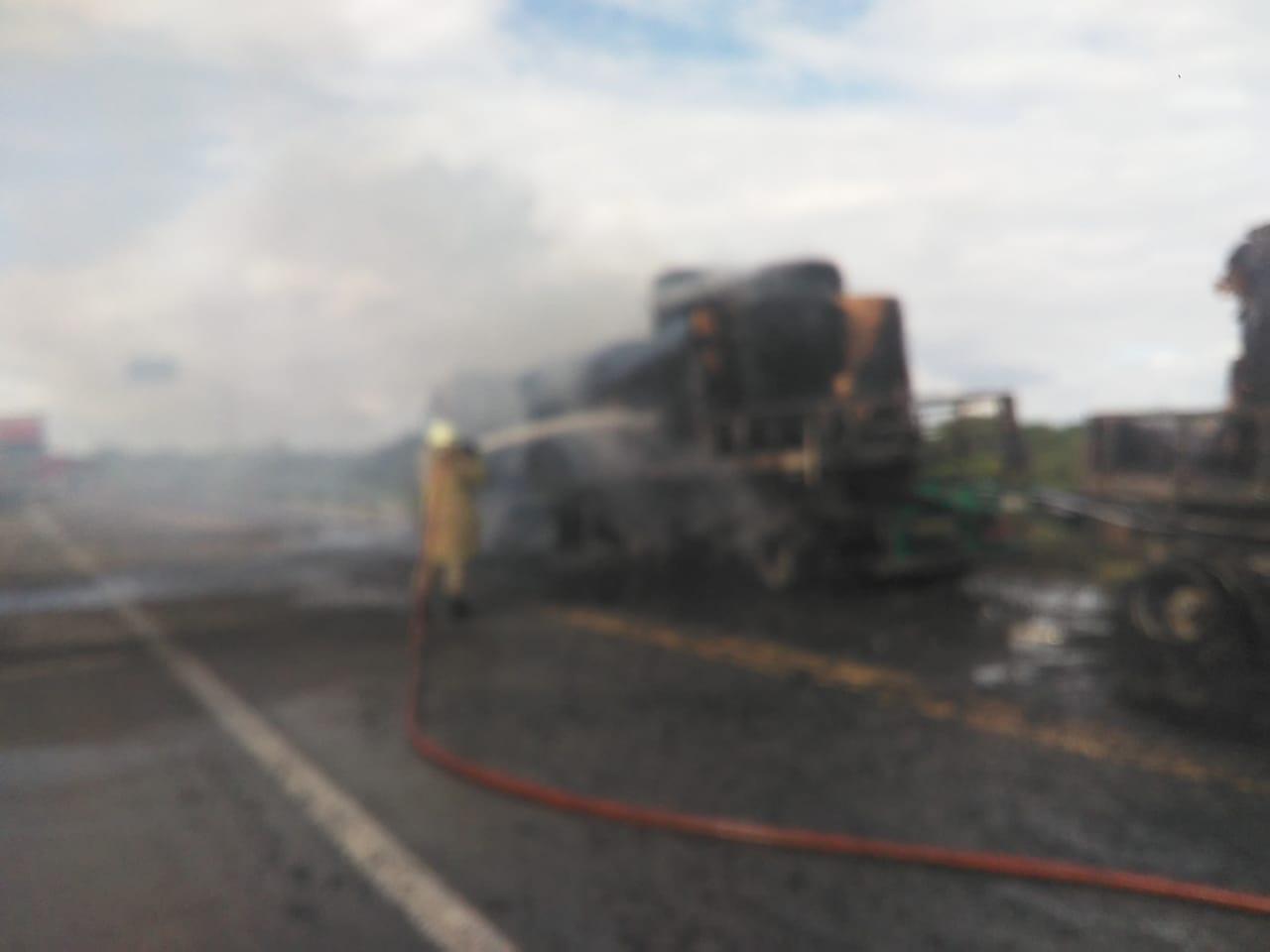 Corpo de Bombeiros debela incêndio em Bitrem, na BR 116 em Russas