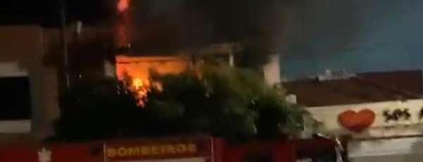 Corpo de Bombeiros debela incêndio em residência no Centro de Sobral/CE