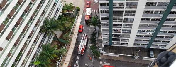 Corpo de Bombeiros debela incêndio em apartamento na Avenida Beira Mar, em Fortaleza