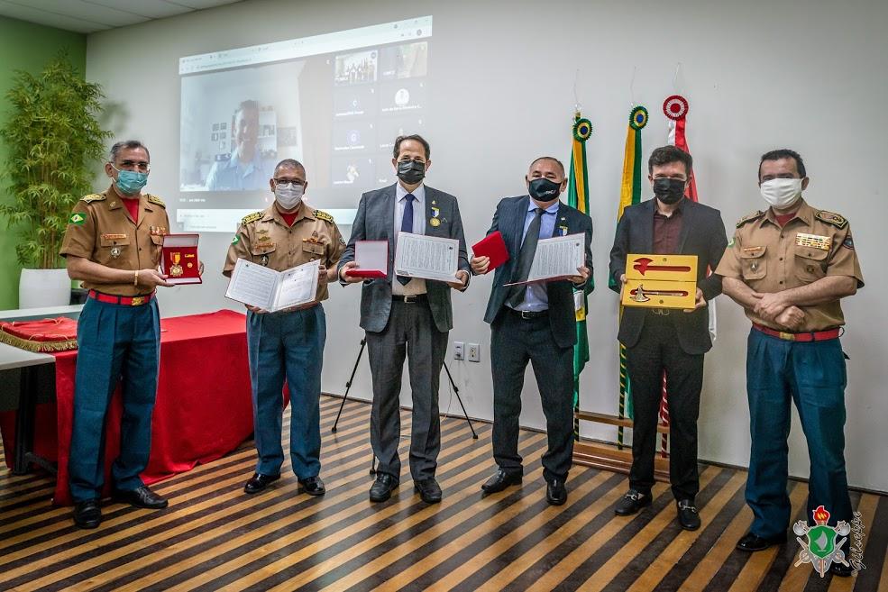 Corpo de Bombeiros presta homenagens por meio de condecorações