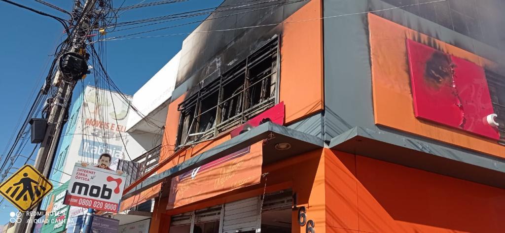 Bombeiros de Juazeiro do Norte debelam incêndio em loja de calçados