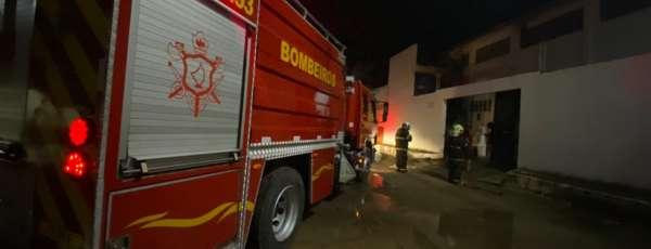 Bombeiros debelam incêndio em distribuidora de material de limpeza, em Sobral