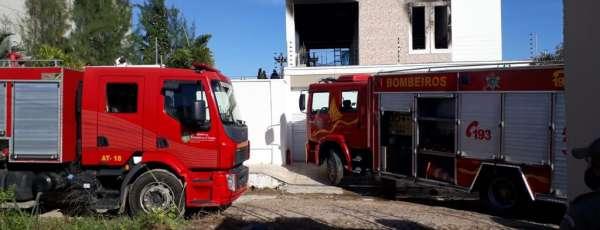 Corpo de Bombeiros debelam incêndio em residência no Bairro Renato Parente, em Sobral