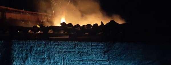 Corpo de Bombeiros debela incêndio em residência no Pirambu