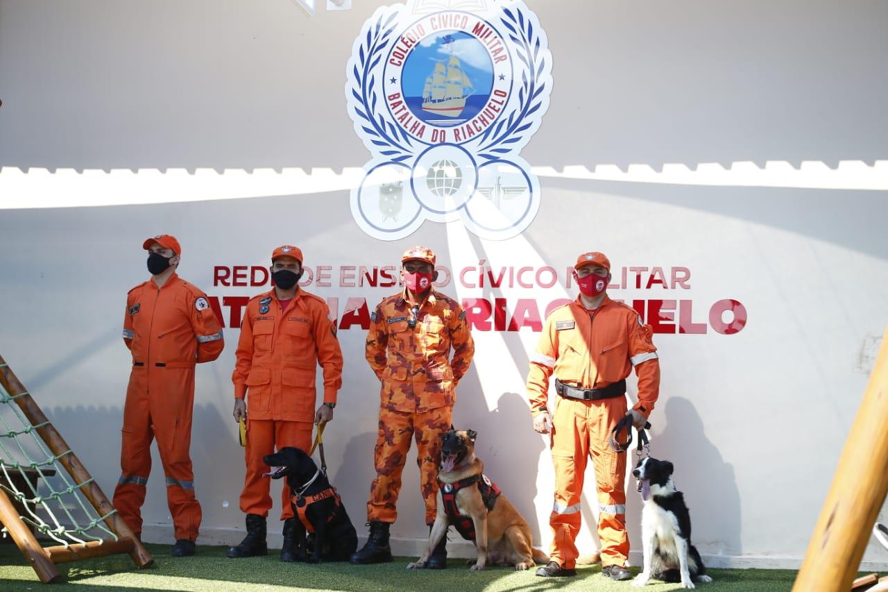 Canil do Corpo de Bombeiros participa de manhã lúdica em Colégio Cívico-Militar