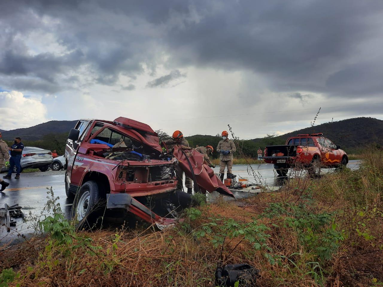 Bombeiros resgatam vítima presa às ferragens de acidente de trânsito em Canindé