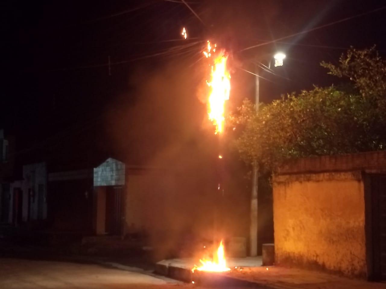 Corpo de Bombeiros atua em incêndio na rede elétrica, em Maracanaú