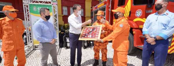 Governo do Ceará anuncia a convocação de 204 bombeiros e entrega viaturas e equipamentos para a corporação