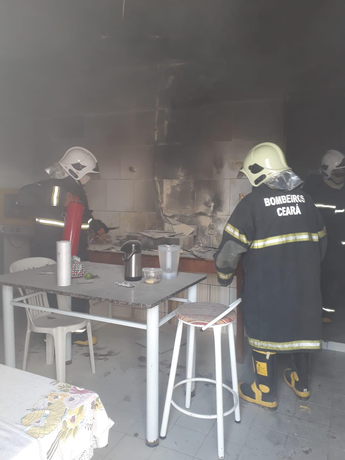 Bombeiros debelam incêndio no Centro de Tauá