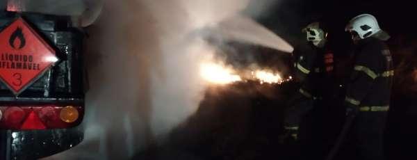 Corpo de Bombeiros debela incêndio em carreta tanque de óleo diesel na CE 138
