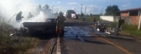 Corpo de Bombeiros debela incêndio em veículo na CE 358, em Tabuleiro do Norte