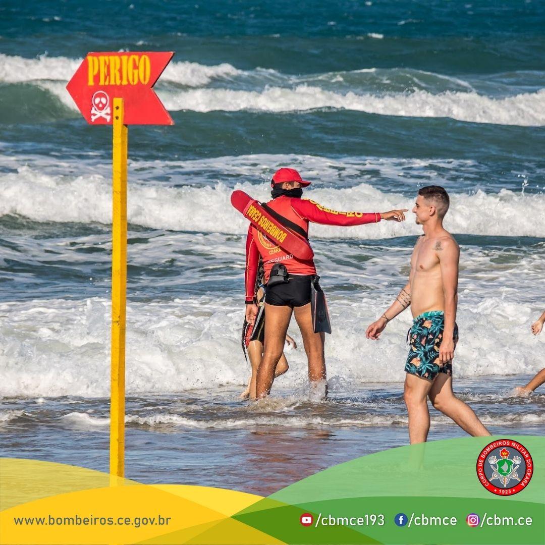 Nove pessoas são salvas pelo Corpo de Bombeiros neste domingo (25) na Praia do Futuro