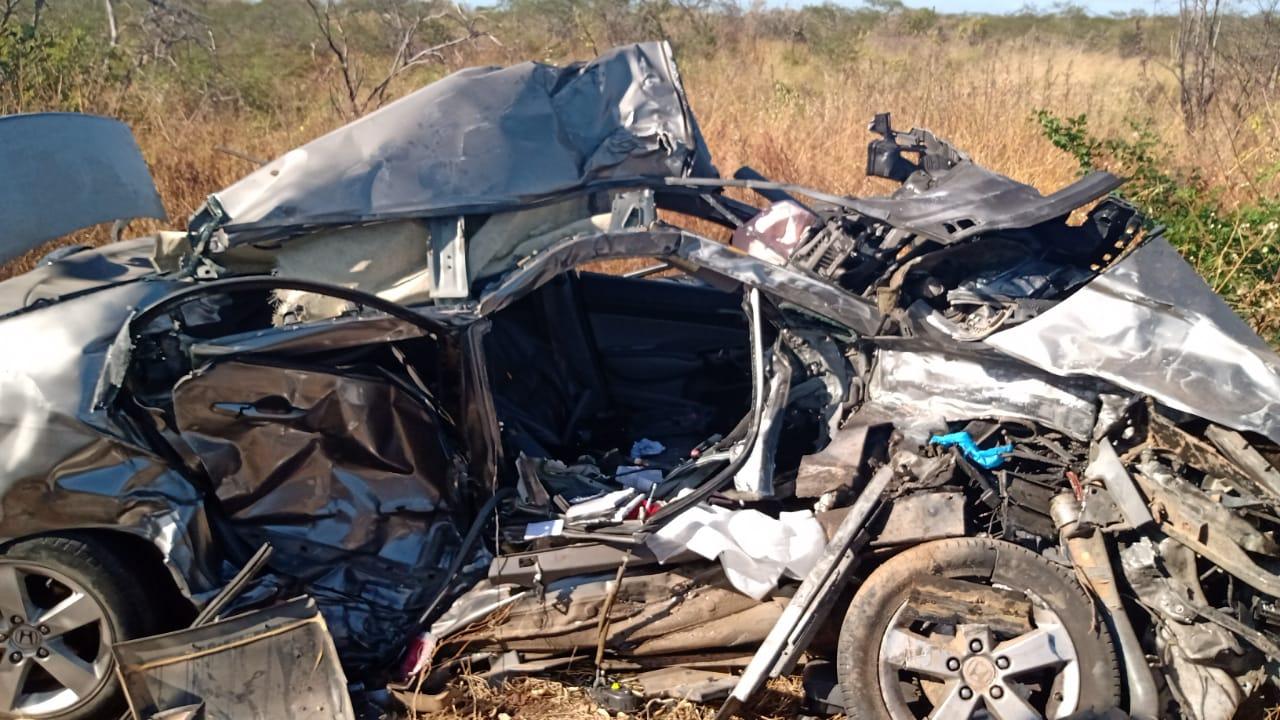 Corpo de Bombeiros atuam em resgate a vítima presa as ferragens em acidente de trânsito em Quixadá