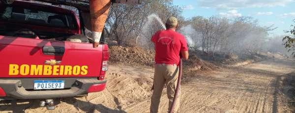 Corpo de Bombeiros debela incêndio florestal em Quixeramobim