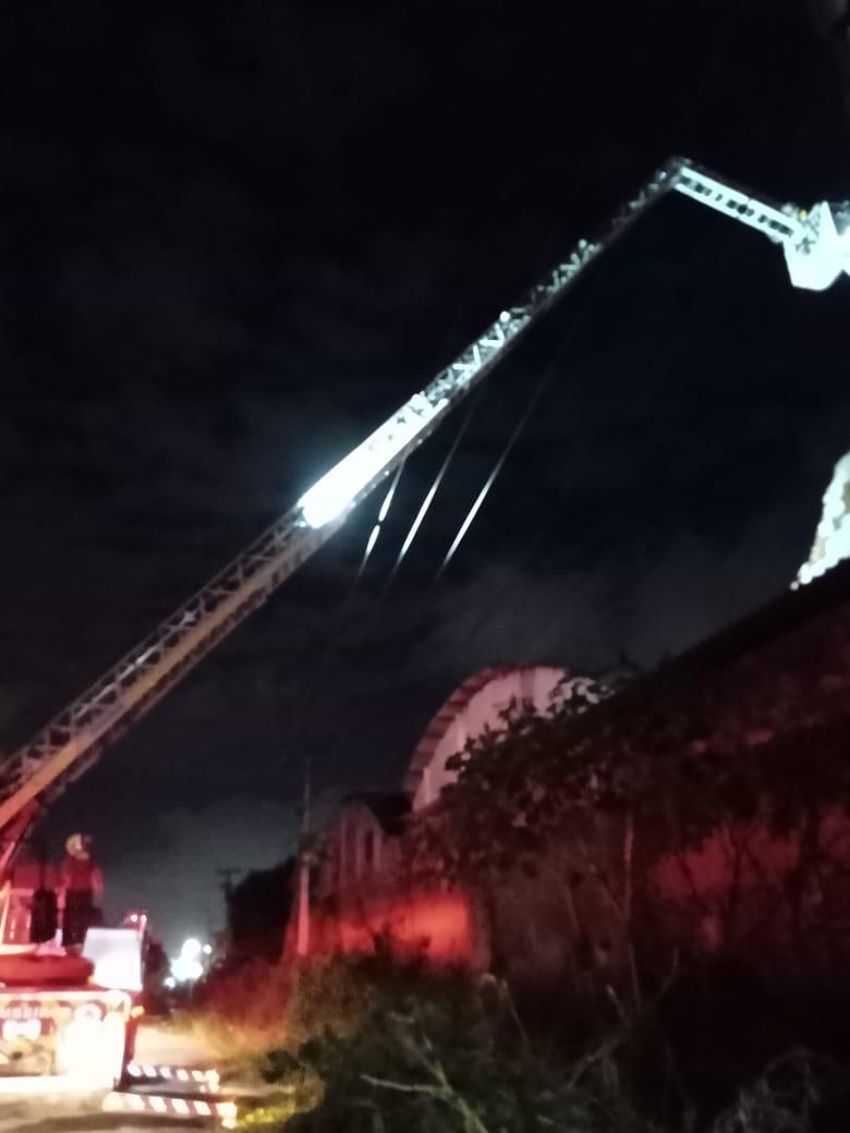Corpo de Bombeiros debela incêndio em edificação industrial em Caucaia