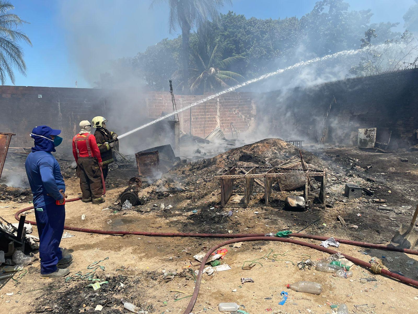 Incêndio em reciclagem é debelado por bombeiros militares da Messejana