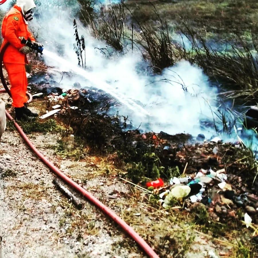 Bombeiros de Maracanaú apagam incêndio às margens da CE 350