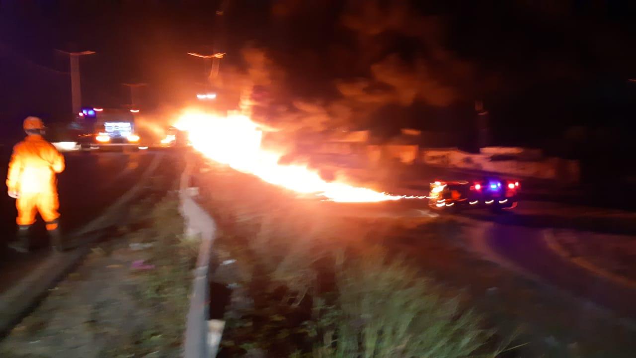 Corpo de Bombeiros apaga incêndio de Caminhão Tanque Bitrem que tombou na BR-222, em Caucaia