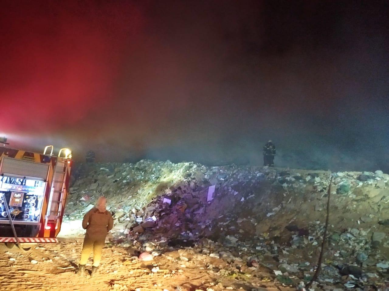 Corpo de Bombeiros apaga incêndio de aterro sanitário, em Horizonte