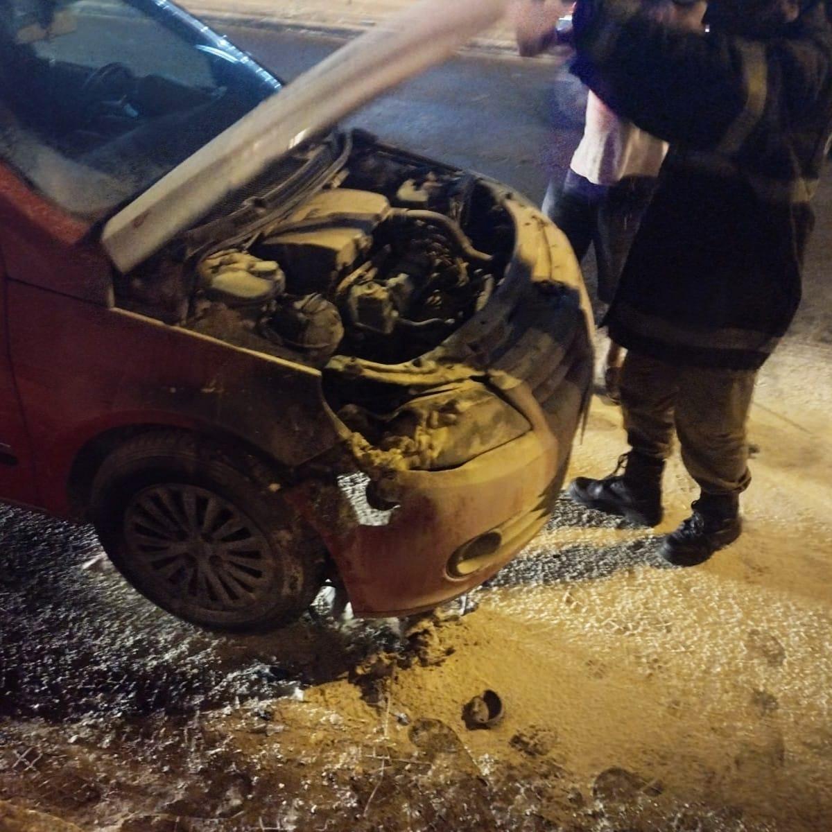 Bombeiros de Maracanaú atendem ocorrência de incêndio em veículo