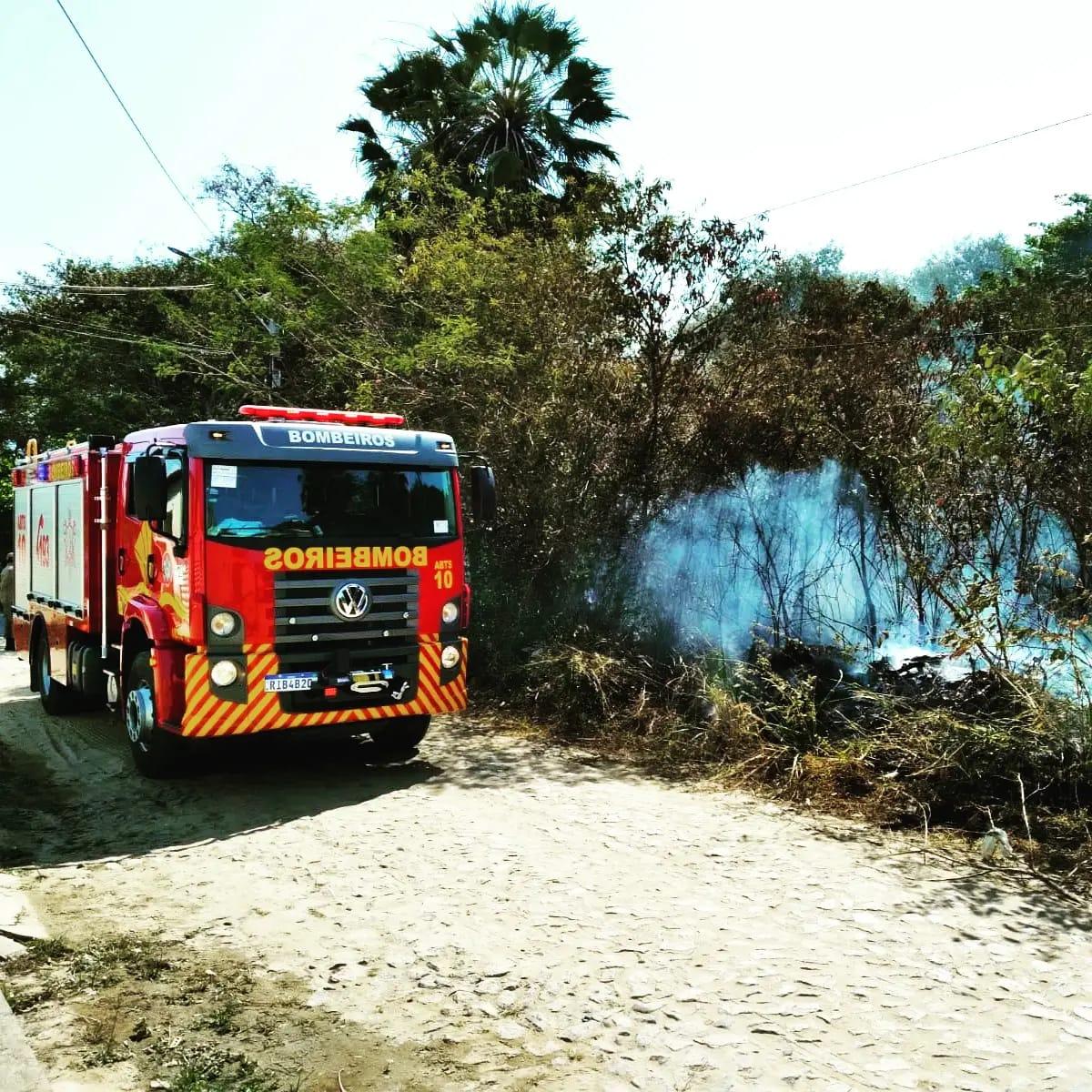 Bombeiros de Maracanaú apagam incêndio em vegetação no Parque Luzardo Viana