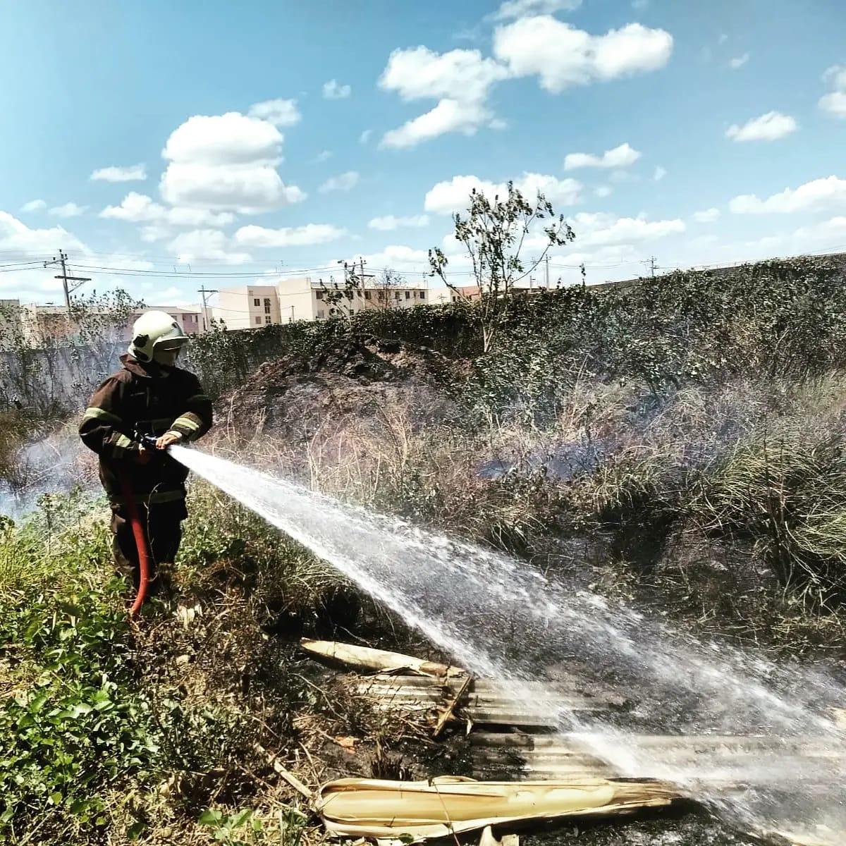 Bombeiros de Maracanaú extinguem incêndio próximo a empresa de paletes no quarto anel viário