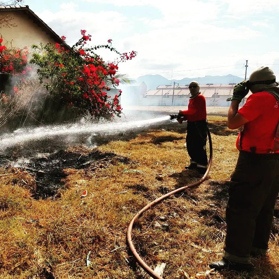 Bombeiros de Maracanaú apagam incêndio em vegetação no Alto da Mangueira