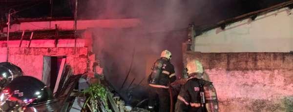 Corpo de Bombeiros debela incêndio em residência no Conjunto Ceará