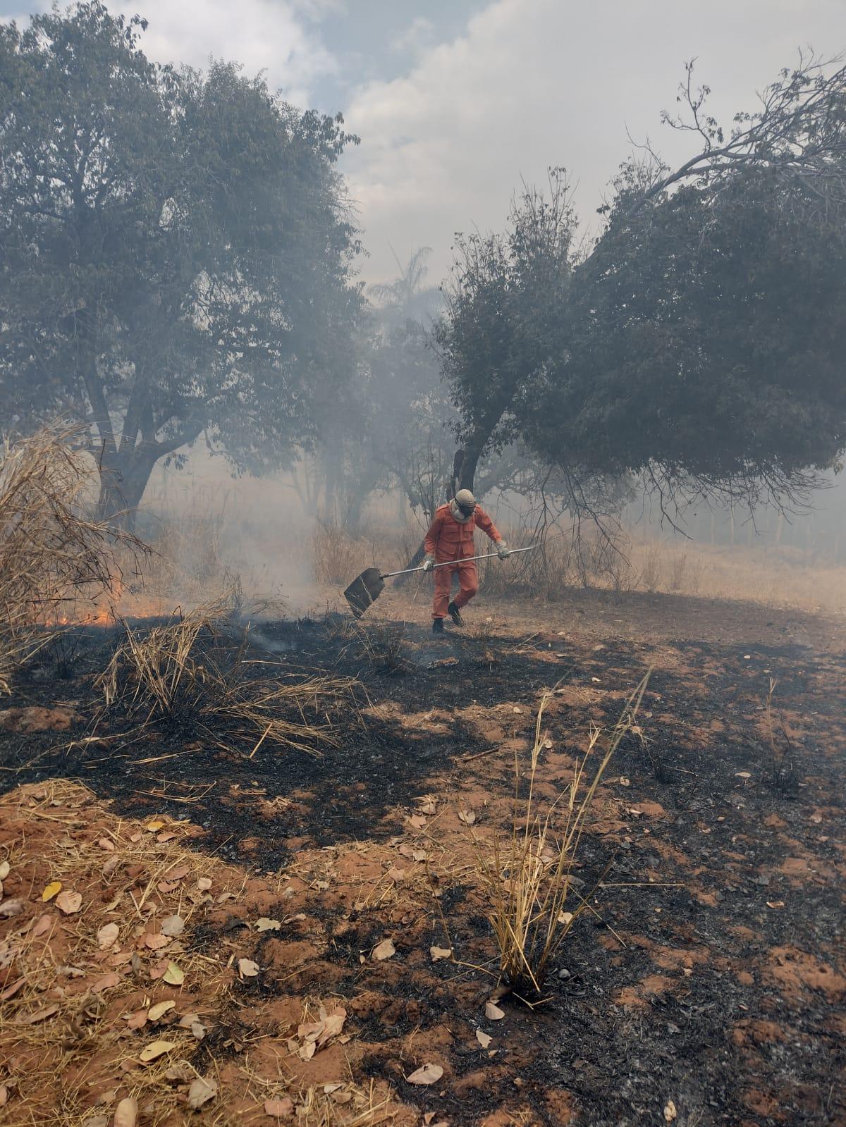 Corpo de Bombeiros debela incêndio no sítio Baixio do Muquem no Crato