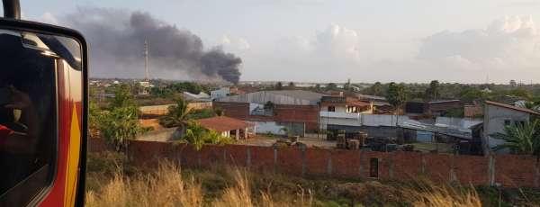 CBMCE debela incêndio no Alto Alegre em Maracanaú