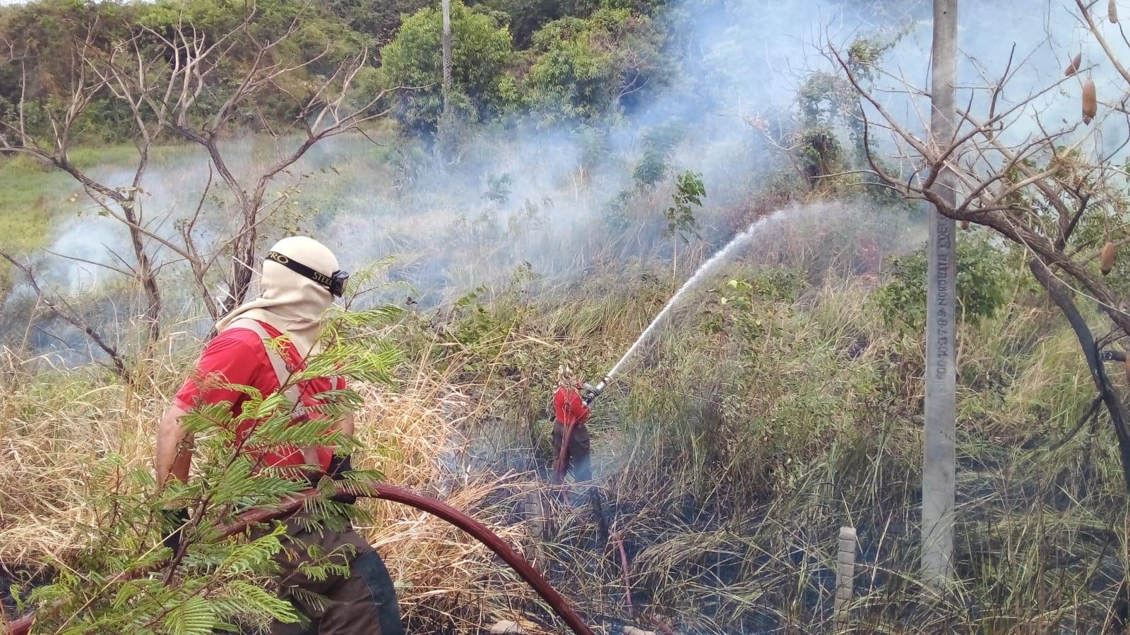 Bombeiros de Maracanaú apagam incêndio no Quarto Anel Viário