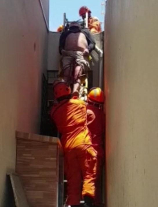 Corpo de Bombeiros resgata vítima de queda de laje no Parque Manibura