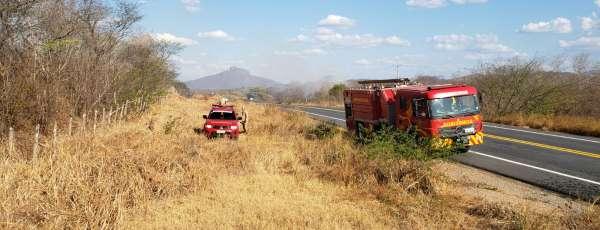 Corpo de Bombeiros debela incêndio em vegetação na zona rural de Canindé