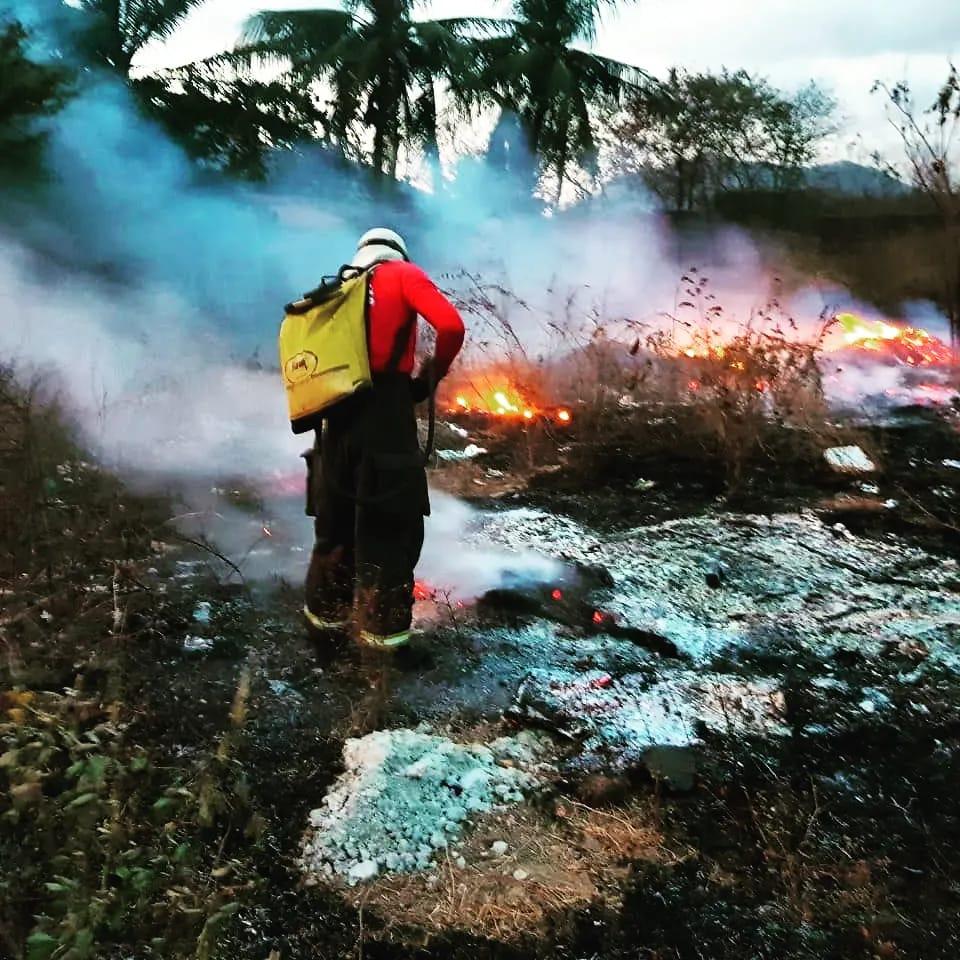 Bombeiros de Maracanaú apagam incêndio em extensa área de vegetação em Maranguape
