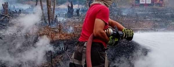 Bombeiros de Maracanaú apagam fogo em vegetação no município de Pacatuba