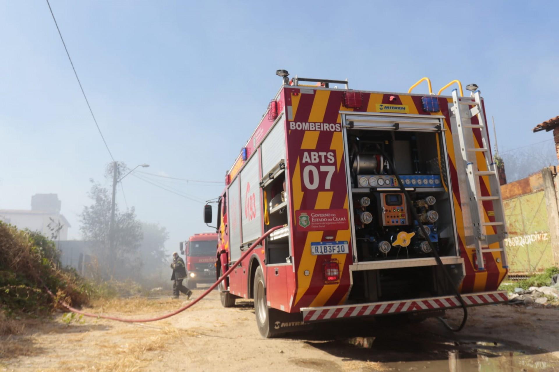 Corpo de Bombeiros apaga incêndio em reciclagem no bairro Passaré