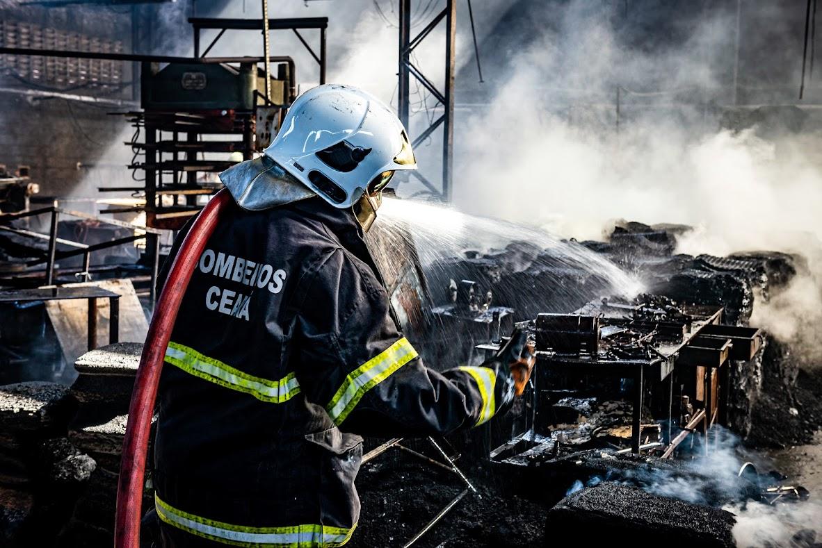Corpo de Bombeiros debela incêndio em Edificação Industrial na Paupina