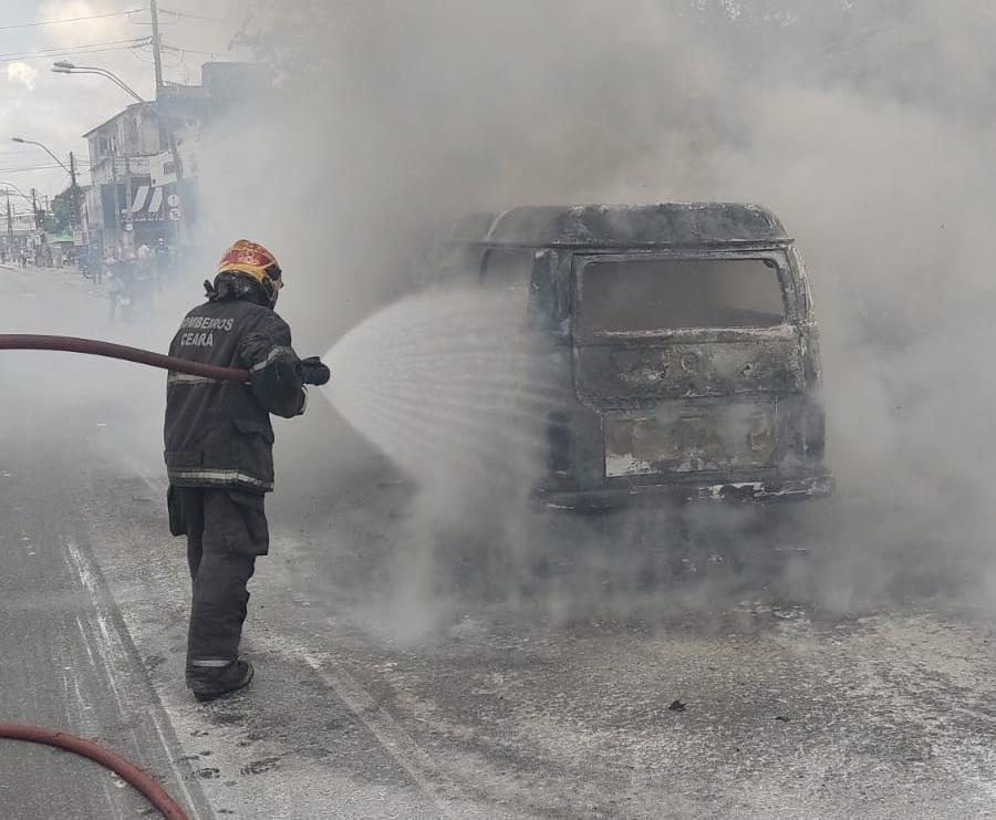 Corpo de Bombeiros debela incêndio em veículo na avenida Aguanambi em Fortaleza
