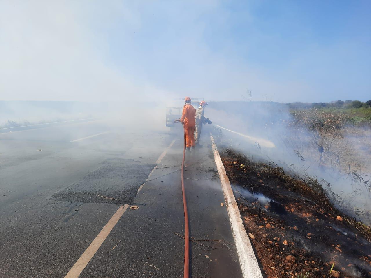 Corpo de Bombeiros debela incêndio em veículo na CE 85 em Paraipaba